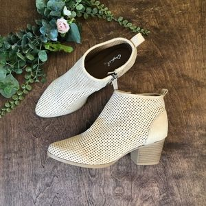 Qupid Perforated Cream Ankle Zip Booties | size 6